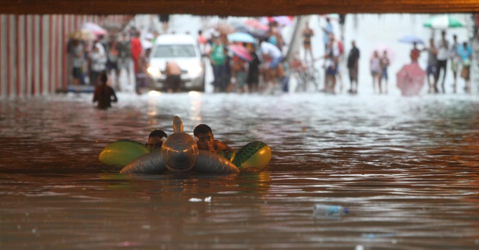 17.mai.2013 - Moradores transformam túnel alagado em área de mergulho e natação em Recife, Pernambuco, após forte temporal