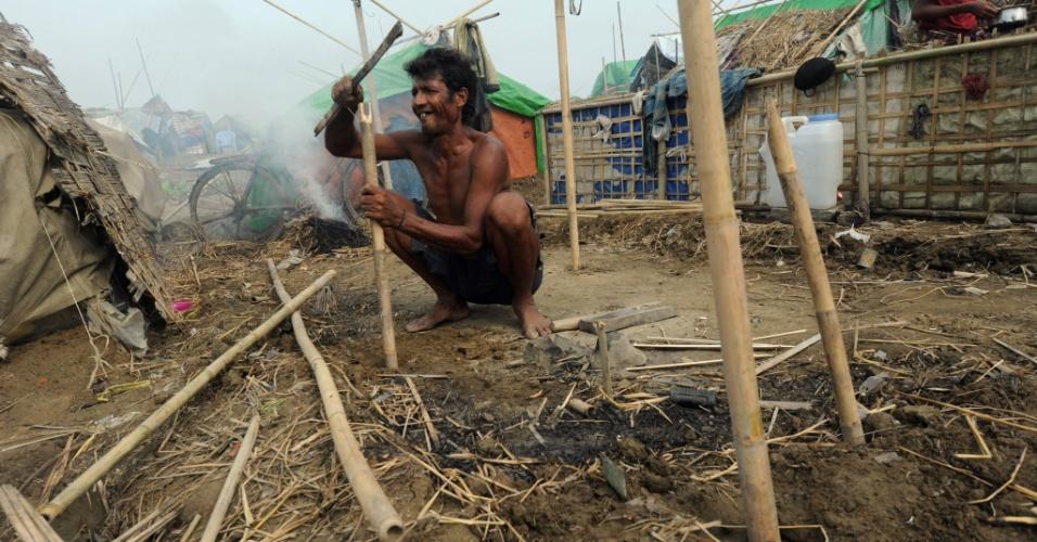 17.mai.2013 - Muçulmano da minoria rohingya constrói tenda nesta sexta-feira (17) ao voltar a campo de refugiados no vilarejo de Mansi, nos arredores de Sittwe (Mianmar), após passagem do ciclone Mahasen. O ciclone matou ao menos 38 pessoas em Bangladesh, segundo a EFE