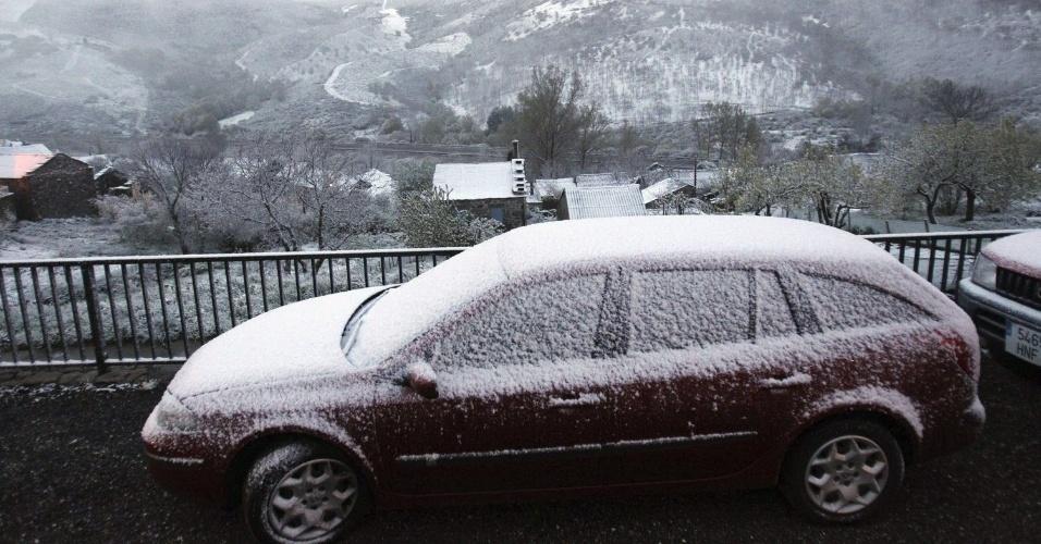 17.mai.2013 - Neve atingiu a estrada A-52, no noroeste da Espanha