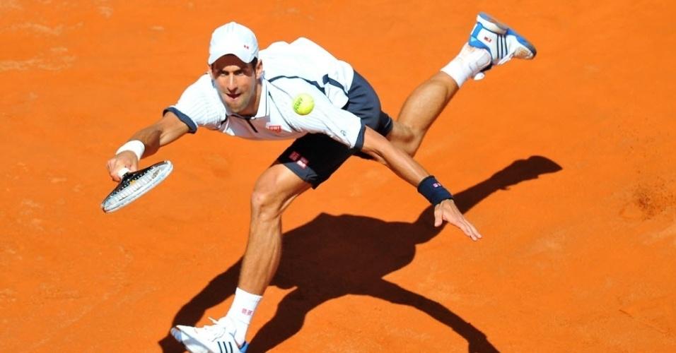 17.mai.2013 - Novak Djokovic tenta alcançar devolução de Tomas Berdych nas quartas de final em Roma