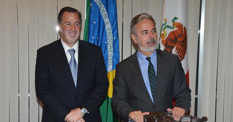 17.mai.2013 - O ministro das Relações Exteriores, Antonio Patriota (à direita), recebe o chanceler do México, José Antonio Meade Kuribreña (à esquerda), no Itamaraty, em Brasília, para analisar assuntos bilaterais, com ênfase no comércio. Esta é a primeira visita de Meade ao Brasil desde que assumiu o cargo, em dezembro do ano passado