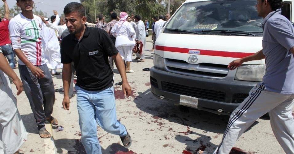 17.mai.2013 - Pessoas se reúnem na saída de uma mesquita de Baquba, no Iraque, após as explosões de duas bombas. A tragédia deixou ao menos 43 mortos