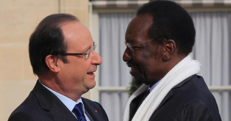 17.mai.2013 - Presidente da França, François Hollande (à esq.), recebe o presidente interino do Mali, Dioncounda Traore, no Palácio do Eliseu, em Paris (França)