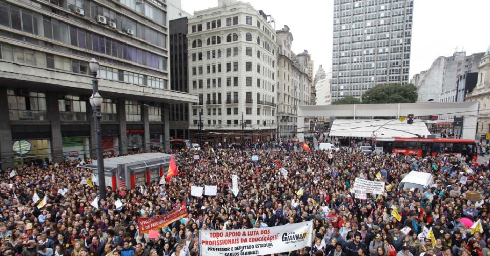 17.mai.2013 - Professores da rede municipal de São Paulo decidiram manter a greve da categoria, iniciada no dia 3 de maio. A assembleia foi realizada na tarde desta sexta-feira (17), no viaduto do Chá, região central da cidade. A próxima assembleia está marcada para terça-feira (21)