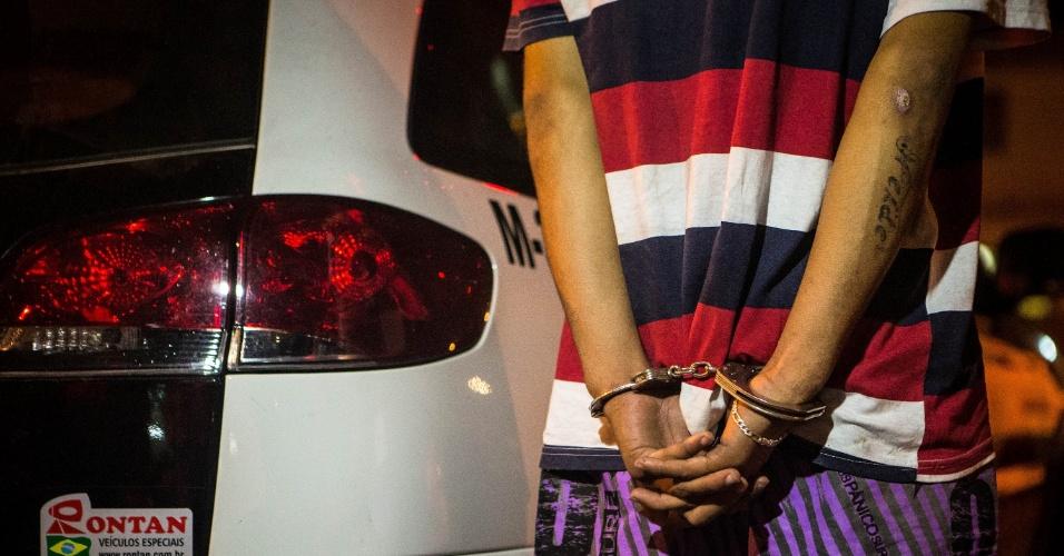 17.mai.2013 - Quatro adolescentes, entre eles duas garotas, foram apreendido, suspeitos de participação em uma tentativa de roubo a um bar na zona leste de São Paulo