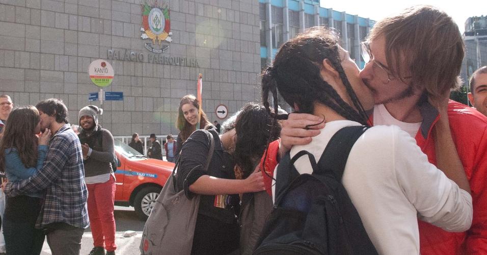 """17.mai.2013 - Representantes de diversas entidades participam de um """"beijaço"""" em frente ao Palácio Piratini em Porto Alegre (RS), em homenagem ao Dia Internacional Contra a Homofobia"""