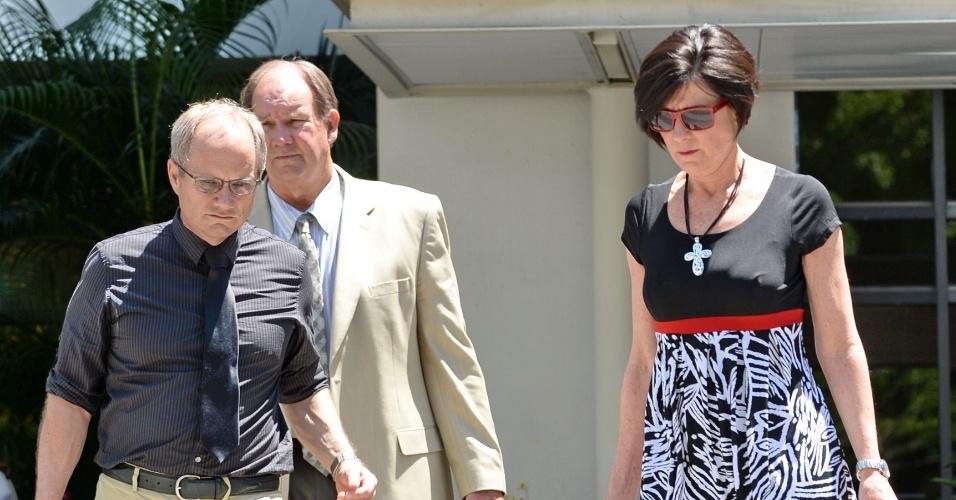 17.mai.2013 - Rick Todd (à esq.) e sua mulher Mary deixam tribunal em Cingapura para almoçar