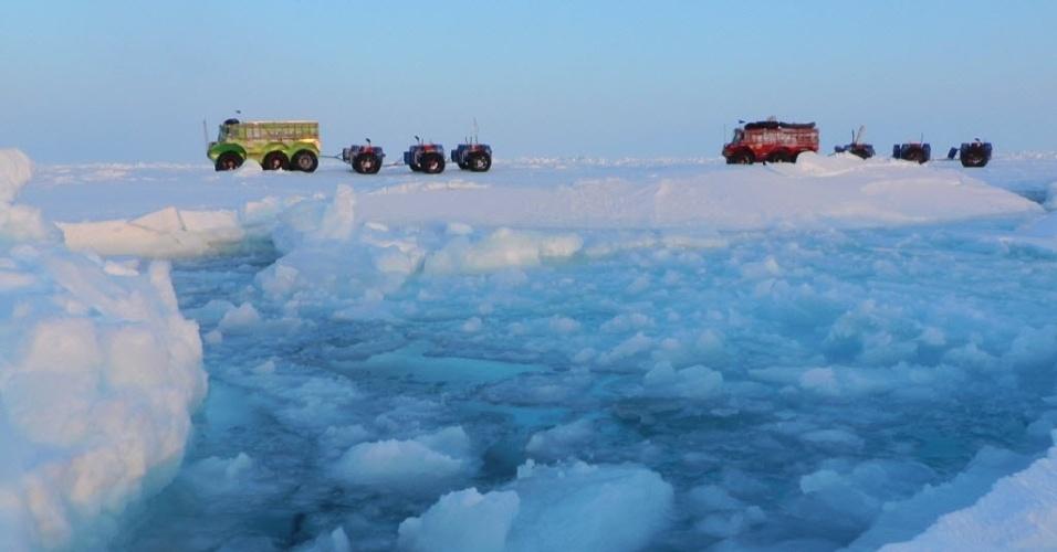 17.mai.2013 - Sete exploradores russos atravessaram de caminhão o polo Norte, em uma jornada que durou cerca de dois meses e meio. O grupo percorreu 2.600 quilômetros sobre o gelo flutuante do arquipélago russo de Severnaya Zemlya e mais 1.700 quilômetros sobre um banco de gelo costeiro mais sólido até chegar a Resolute Bay, no Canadá