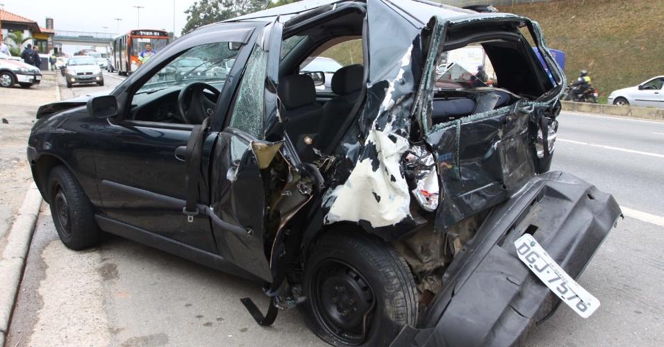 17.mai.2013 - Uma perseguição policial terminou com um grave acidente na rodovia Raposo Tavares, em São Paulo, na manhã desta sexta-feira (17)