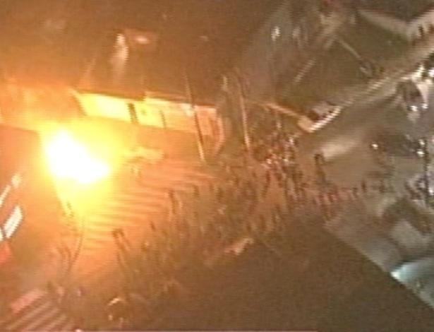 17.mai.2013 - Vizinhos depredam casa de suspeito de abusar sexualmente, espancar e matar uma menina de 8 anos na Cidade Tiradentes, no extremo leste de São Paulo. A polícia interveio na ação dos manifestantes