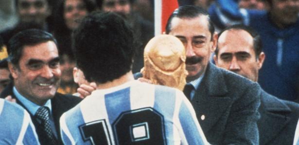 General Videla entregou a taça da Copa do Mundo para Daniel Passarella em 78