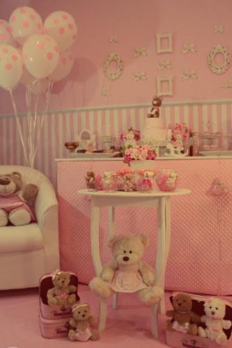 A ideia era montar um ambiente bem parecido com o do quarto da criança e até o papel de parede foi replicado. Ursinhos de pelúcia mereceram destaque na mesa de doces e bolo. http://pinkateliedefestas.blogspot.com.br
