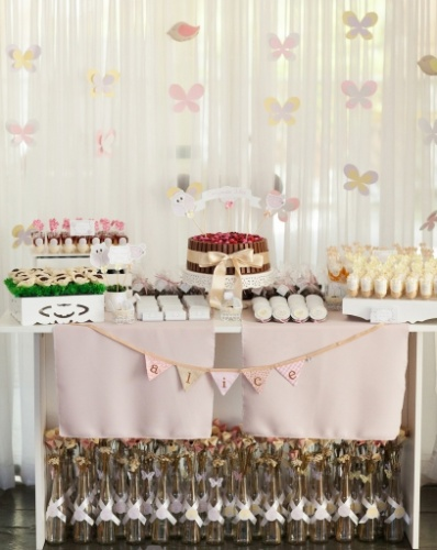 Nas lembrancinhas do evento, garrafas com botões de flores, foram acomodadas embaixo da mesa e ali ficaram até o fim da festa. www.tuty.com.br
