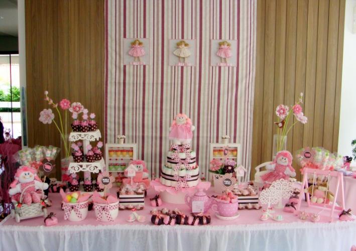Bonecas de pano e um cenário totalmente cor-de-rosa foram os elementos de destaque nessa decoração. Poás estavam presentes nas embalagens de cupcakes, laços de fita e até na porcelana. http://vivimoraisconvitespersonalizados.blogspot.com.br