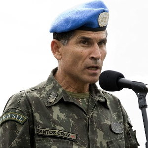 Carlos Alberto dos Santos Cruz fala em Porto Príncipe, Haiti, em 16 julho de 2008