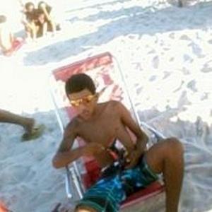 De acordo com a polícia, Lucas Viana da Silva, 19, postou uma foto dele relaxado na praia, de bermuda, óculos escuros e beliscando salgadinhos