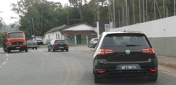 Dois Golf 7 são vistos em Mogi das Cruzes (SP); detalhes de acabamento apontam a versão GTI