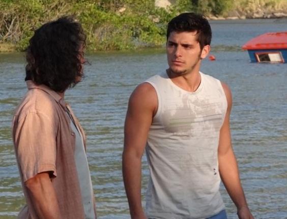 """Em """"Flor do Caribe"""", Juliano perde a paciência com Natália após armação de Mila"""