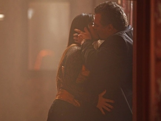"""Em """"Salve Jorge"""", Jô beija Russo"""