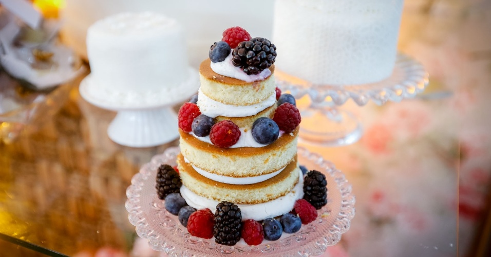 16.mai.2013 - Versão mini de naked cake (bolo pelado); da Delart Doces Finos (www.delartdocesfinos.blogspot.com.br), a partir de R$ 15 (unidade). Preço consultado em maio de 2013 na feira Expo Noivas & Festas (SP) e sujeito a alterações
