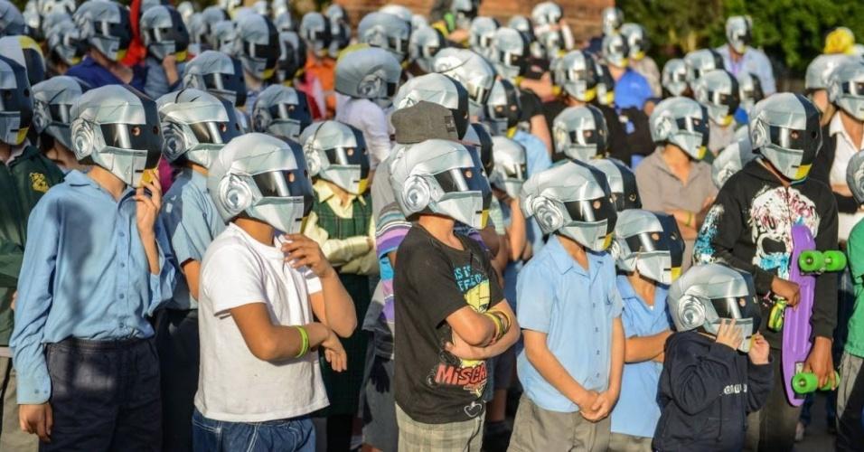 Moradores da cidade australiana de Wee Waa vestem capacetes do Daft Punk em preparação para o lançamento do novo álbum da dupla