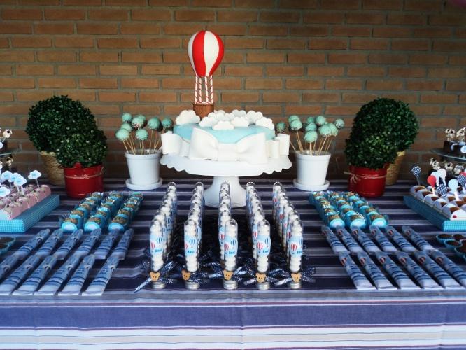 Nesse chá, o tema escolhido foi ?Balão? e apareceu não apenas no bolo, como também nos rótulos personalizados dos doces. Vasos com buchinhos deram um tom mais sóbrio e masculino para a mesa. www.festaacaminho.com.br