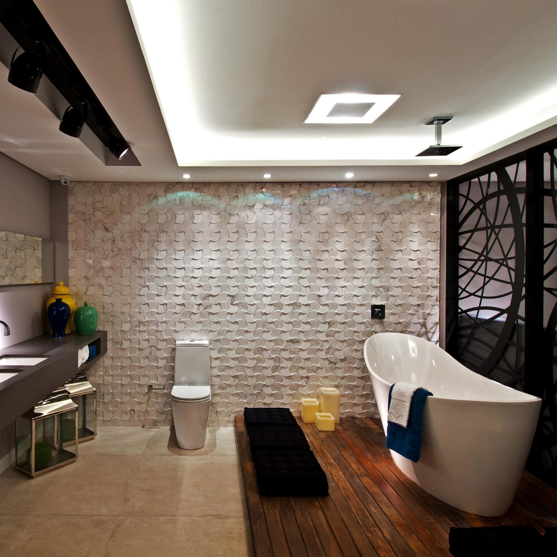 No detalhe, o banheiro da Suíte Master, ambiente de autoria dos arquitetos Luiz Fernando Zanoni e Thaís Zimmermann. A Casa Cor Santa Catarina, pela primeira vez, acontece simultaneamente em Florianópolis e na Praia Brava, em Itajaí. As duas sedes do evento apresentam, no total, 45 ambientes até 30 de junho de 2013