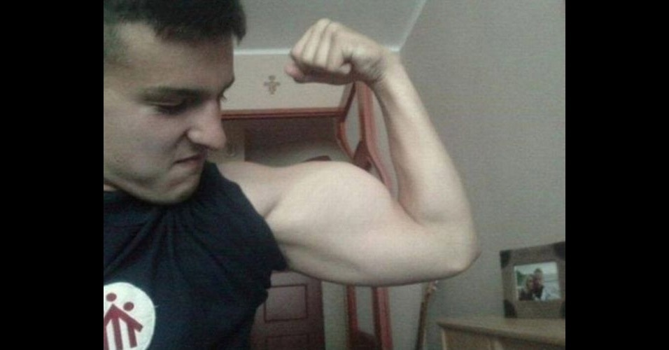 O músculo cresceu tanto no Photoshop que deixou a porta, no fundo, deformada