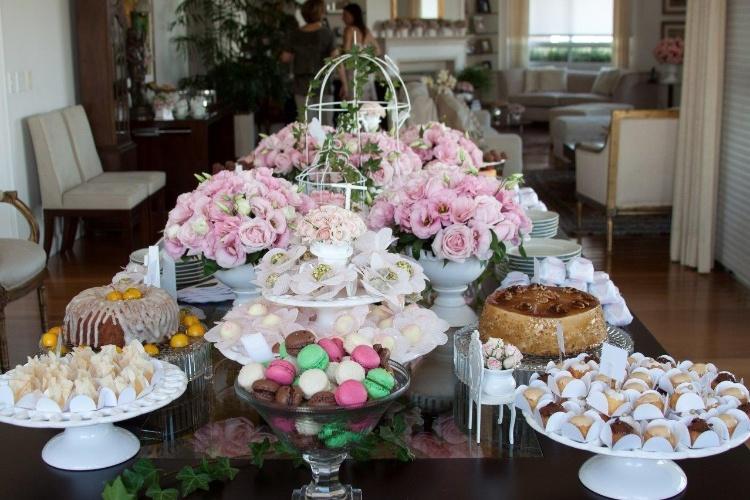 Os doces foram dispostos na grande mesa retangular da sala de jantar da anfitriã. Vasos com rosas e lisiantos cor-de-rosa decoraram o centro do móvel. Sobrou espaço para os pratos, guardanapos e talheres. www.cristianepileggi.com.br