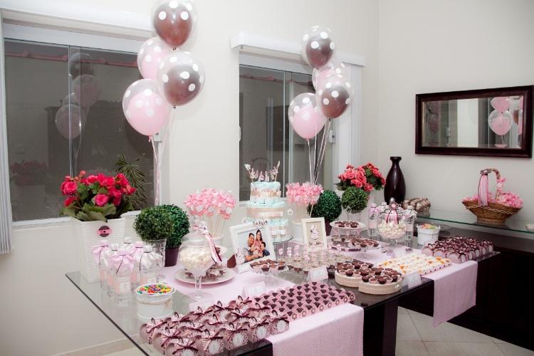 Papeis de scrapbook tornaram doces e o bolo de fraldas ainda mais atrativos. Balões colocados um dentro do outro também tinham as cores coordenadas com o tema da festa. www.festaacaminho.com.br