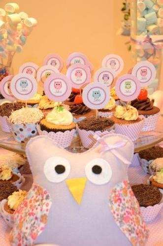 Para dar um toque especial na decoração, a saída foi usar plaquinhas, também chamadas de totens, nos cupcakes, contendo o nome da bebê. Corujas estavam por toda parte, inclusive em detalhes maiores, de pano. www.caraminholando.com.br