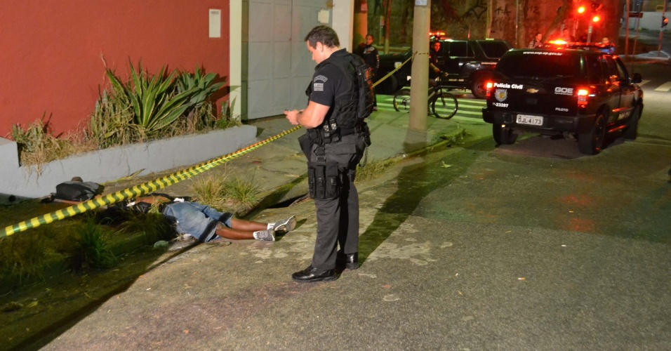 17.mai.2013 - Dois criminosos foram baleados por um policial civil na noite desta quinta-feira (16) na rua Amaro Alves Tenório, no Mandaqui, em São Paulo. Eles teriam tentado realizar um assalto utilizando uma arma de brinquedo. Um dos criminosos conseguiu fugir e o outro (na foto) morreu com um tiro na cabeça. O caso foi registrado no 72°DP