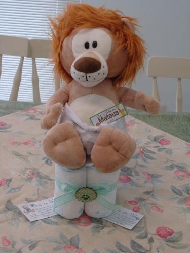 Uma ideia criativa para o centro de mesa é fazer uma montagem com fralda descartável e ursinho de pelúcia. http://vivimoraisconvitespersonalizados.blogspot.com.br