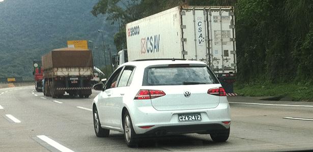 Unidade branca do Volkswagen Golf 7 convencional é flagrada na rodovia dos Imigrantes, sentido Santos-São Paulo