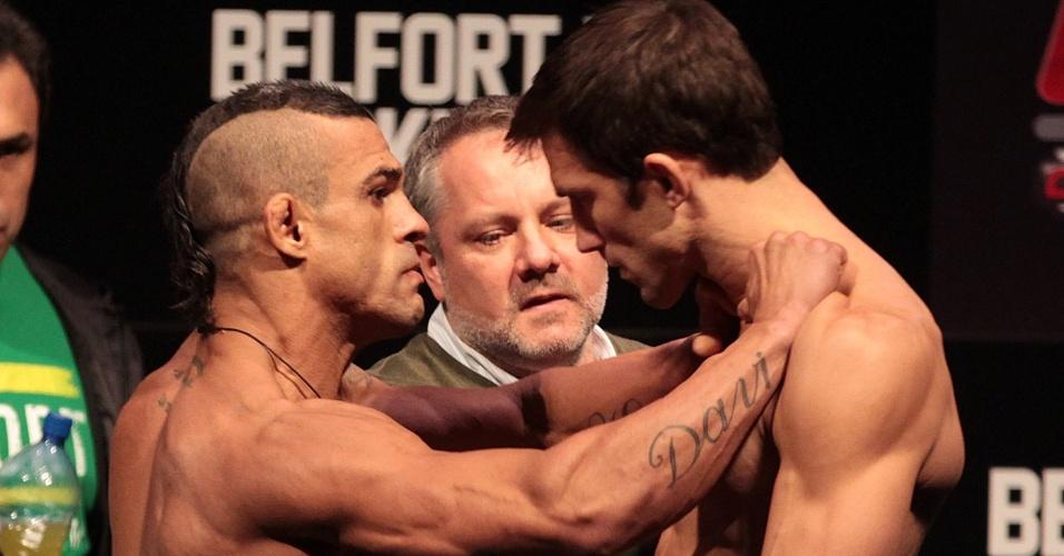 Vitor Belfort dá empurrão em Luke Rockhold durante a encarada após a pesagem para a luta principal do UFC Jaraguá