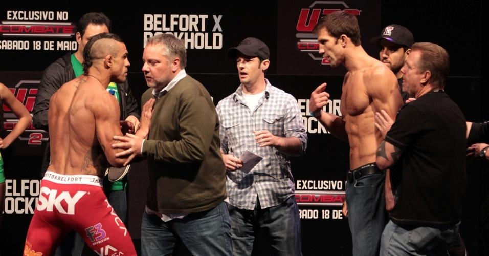 Vitor Belfort é contido após dar empurrão em Luke Rockhold durante a encarada após a pesagem para o UFC Jaraguá do Sul