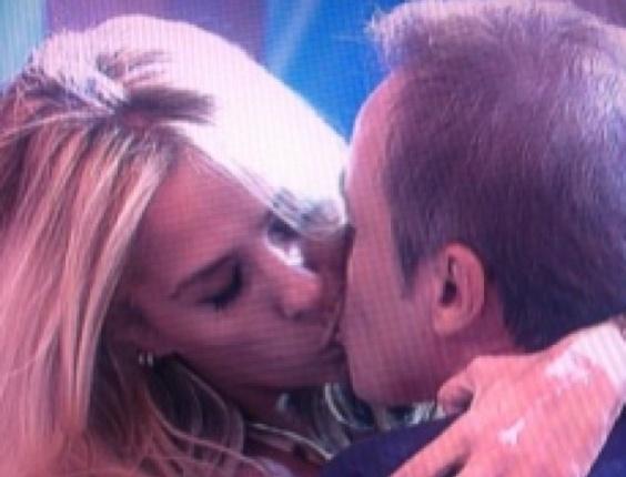 12.mai.2013 - Gugu publica foto dando beijo técnico em Adriane Galisteu
