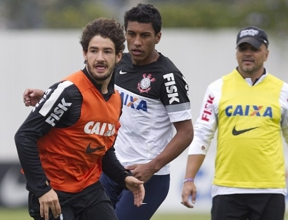 18.05.2013 - Alexandre Pato, atacante do Corinthians, conduz a bola durante o rachão, observado de perto pelo volante Paulinho