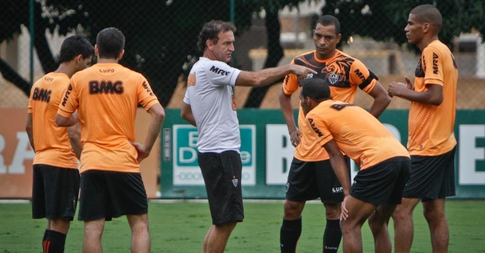 18/05/2013 - Cuca orienta jogadores do Atlético-MG em treino na Cidade do Galo