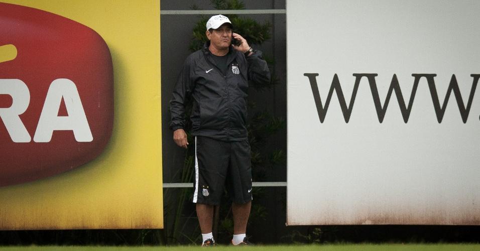 18.05.2013 - Muricy Ramalho, fala ao telefone durante o último treino do Santos antes da decisão do Campeonato Paulista
