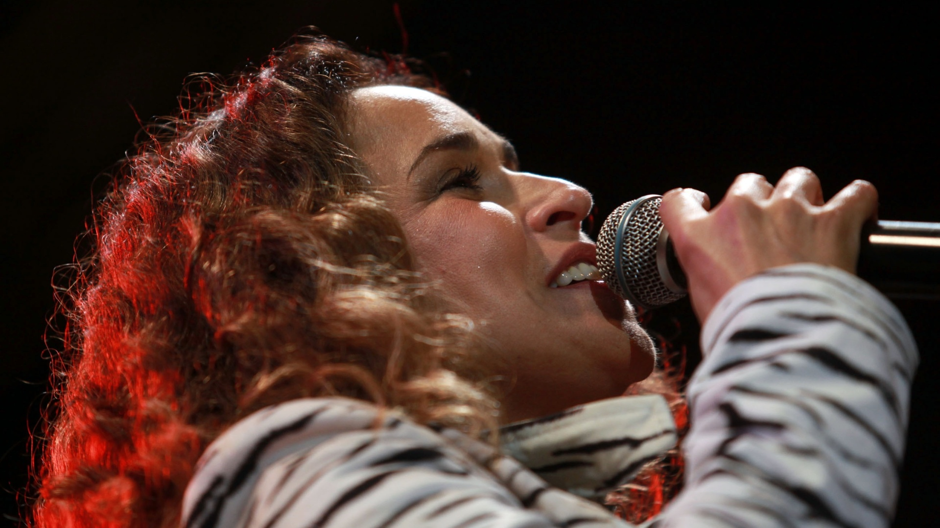 18.mai.2013 - A cantora Daniela Mercury em apresentação no Palco Júlio Prestes durante a Virada Cultural 2013. Ao subir ao palco, Daniela foi recebida pelo público com balões brancos e rosas.