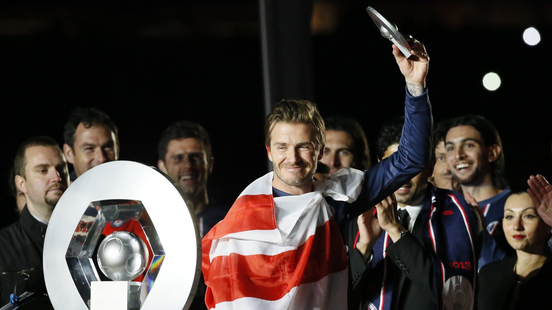 18.mai.2013 - David Beckham, do Paris Saint-Germain, agradece aos aplausos dos torcedores durante a festa do título do PSG