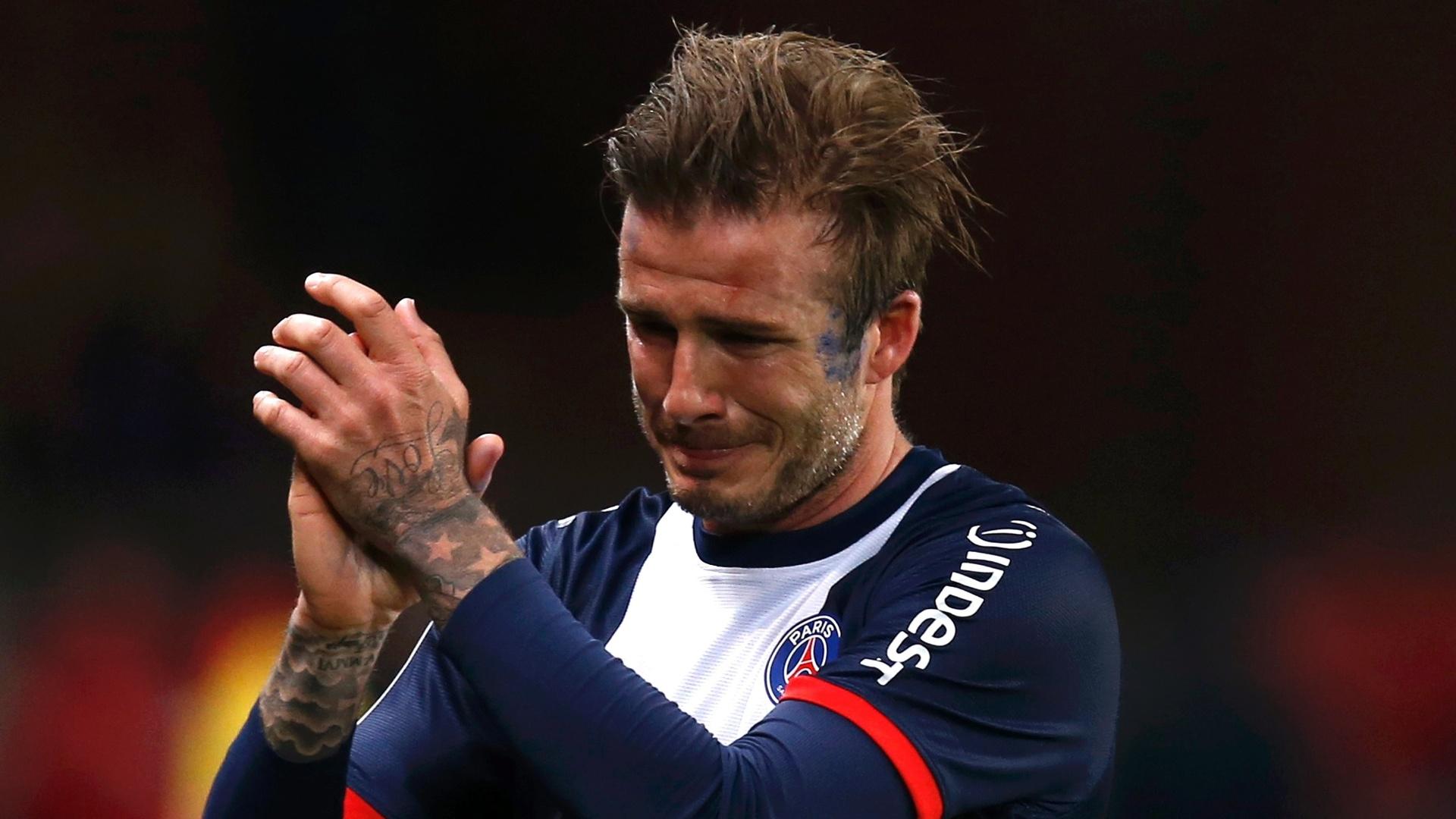 18.mai.2013 - David Beckham, do PSG, chora ao deixar o gramado em seu último jogo no Parque dos Príncipes, em Paris
