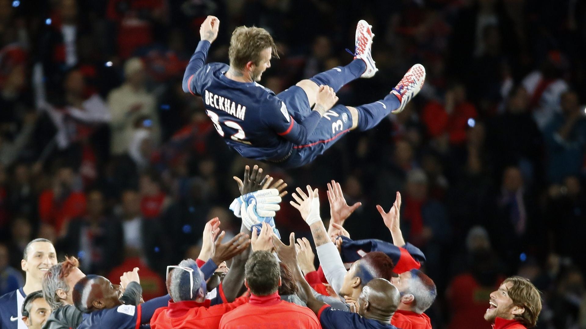 18.mai.2013 - David Beckham é arremessado para o alto por seus companheiros após fazer seu último jogo na casa do PSG