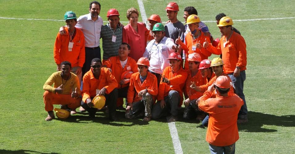 18.mai.2013 - Dilma posa para fotografia com operários que atuaram nas obras do estádio