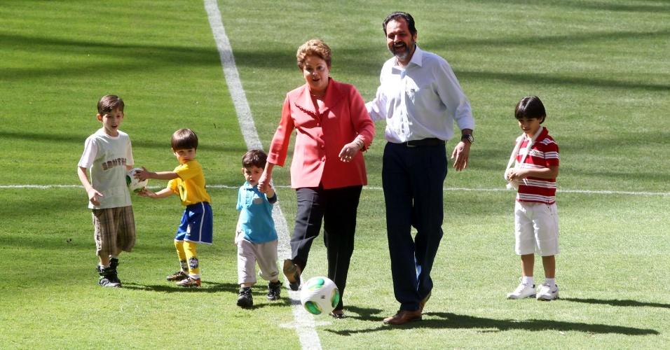 18;mai.2013 - Dilma Rousseff brinca com crianças durante inauguração do Estádio Mané Garrincha