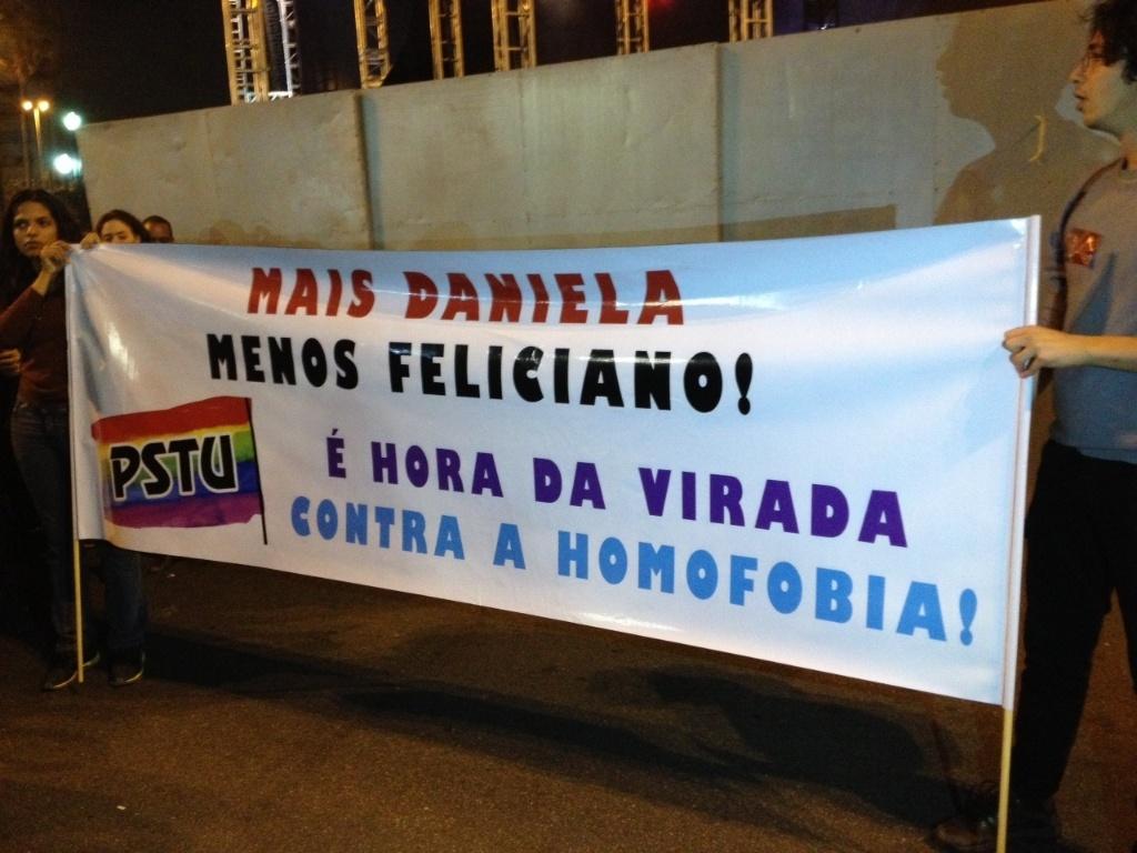 18.mai.2013 - Durante a Virada Cultural, militantes do PSTU levam cartaz onde se lê