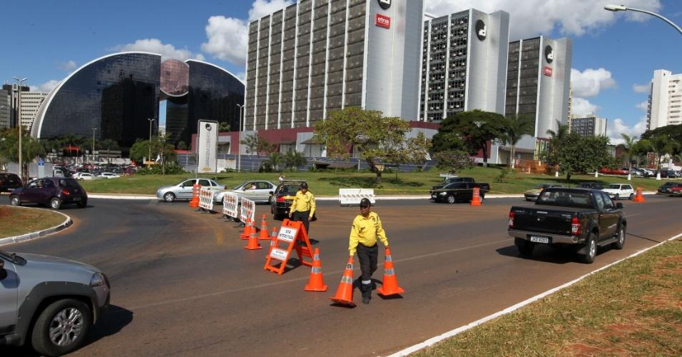 18.mai.2013 - Funcionários da companhia de trânsito em Brasília organizam o tráfego nos arredores do estádio Mané Garrincha