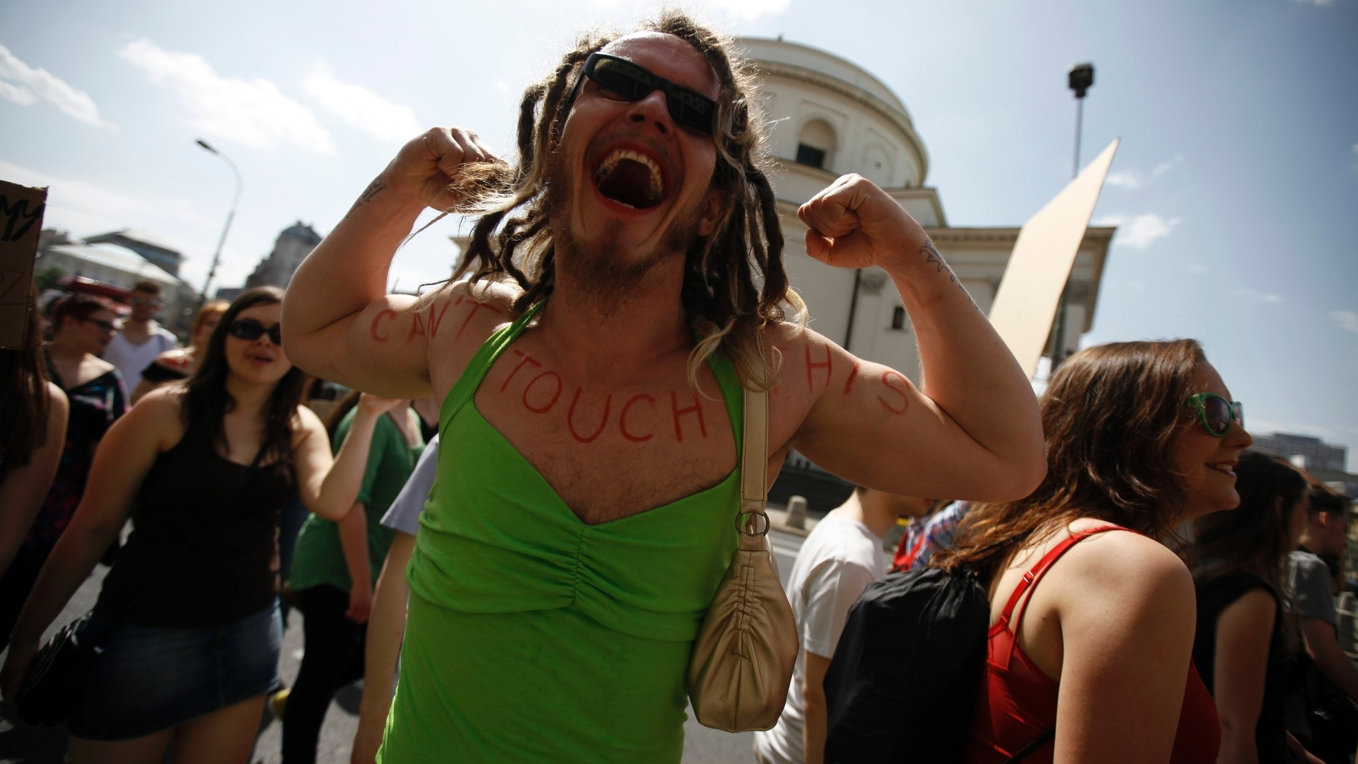 18.mai.2013 - Homem vestido de mulher participa da marcha das Vadias, em Varsvia, na Polnia, neste sbado (18)
