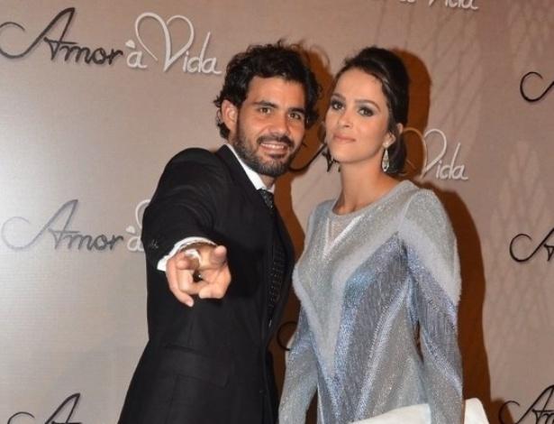 18.mai.2013 - Juliano Cazarré acena para foto com a mulher Juliana Bastos